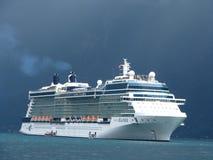 Barco de cruceros de la nube tormentosa Imagenes de archivo