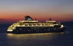 Barco de cruceros de la puesta del sol Fotos de archivo libres de regalías