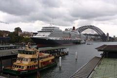 Barco de cruceros de la reina Elizabeth en el puerto de Sydney. Fotografía de archivo