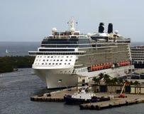 Barco de cruceros de la silueta de la celebridad fotografía de archivo libre de regalías