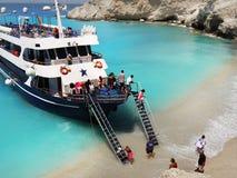 Barco de cruceros de los turistas, playa asombrosa Lefkada Foto de archivo libre de regalías