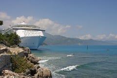 Barco de cruceros de lujo asegurado a lo largo de costa rocosa Imagen de archivo libre de regalías