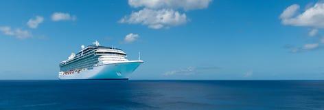 Barco de cruceros de lujo en el océano Foto de archivo libre de regalías
