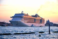 Barco de cruceros de lujo en la puesta del sol Imagen de archivo libre de regalías
