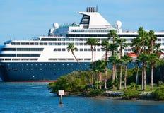 Barco de cruceros de lujo que cruza por la isla Fotografía de archivo