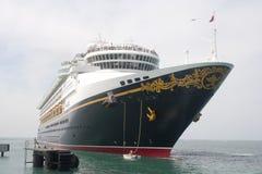 Barco de cruceros de salida fotos de archivo