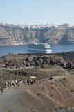 Barco de cruceros de Santorini Imagen de archivo libre de regalías