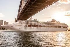 Barco de cruceros debajo de Sydney Harbor Bridge Fotografía de archivo
