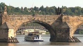 Barco de cruceros debajo del puente de ChaRTes, Praga almacen de metraje de vídeo