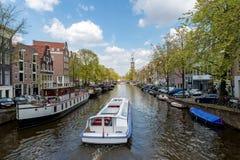 Barco de cruceros del canal de Amsterdam con la casa tradicional holandesa i Fotografía de archivo