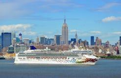 Barco de cruceros del carnaval Foto de archivo