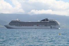 Barco de cruceros del MSC en Ilhabela - el Brasil Fotografía de archivo