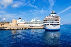 Barco de cruceros del pasajero El esperar blanco grande en el puerto de Rhodes Island Imagen de archivo