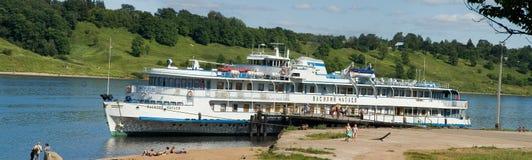Barco de cruceros del pasajero del río en el embarcadero imagen de archivo libre de regalías