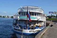 Barco de cruceros del río Fotos de archivo