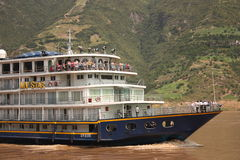 Barco de cruceros del río de Yangtze Imágenes de archivo libres de regalías
