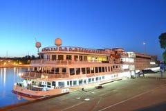 Barco de cruceros del río en la noche Foto de archivo libre de regalías