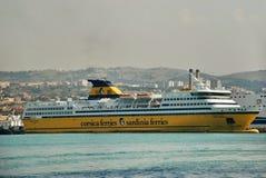 Barco de cruceros del revestimiento marino de las vacaciones Fotografía de archivo libre de regalías