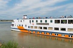 Barco de cruceros del río Fotos de archivo libres de regalías