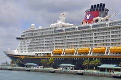 Barco de cruceros del sueño de Disney en Nassau, Bahamas imágenes de archivo libres de regalías
