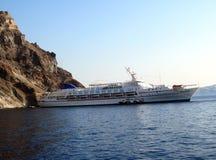 Barco de cruceros del zafiro en el mar Mediterráneo Sandorini Imagenes de archivo