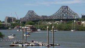 Barco de cruceros delante del puente de la historia en Brisbane almacen de metraje de vídeo