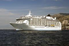 Barco de cruceros en área del agua de Sorrento Foto de archivo libre de regalías