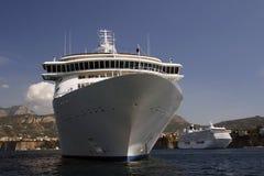 Barco de cruceros en área del agua de Sorrento Fotos de archivo