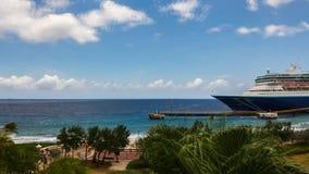 Barco de cruceros en acceso