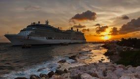 Barco de cruceros en acceso almacen de video