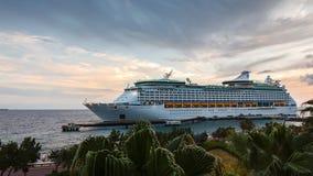 Barco de cruceros en acceso metrajes