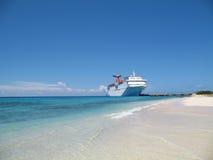 Barco de cruceros en acceso Foto de archivo