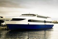 Barco de cruceros en acceso Fotografía de archivo