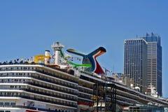 Barco de cruceros en acceso Fotos de archivo libres de regalías