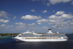 Barco de cruceros en aguas del Caribe azules Fotos de archivo libres de regalías