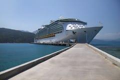 Barco de cruceros en aguas del Caribe azules Fotografía de archivo libre de regalías