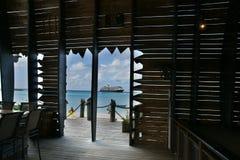 Barco de cruceros en aguas del Caribe azules Fotos de archivo