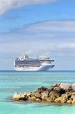 Barco de cruceros en aguas tropicales Fotos de archivo
