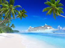 Barco de cruceros en aguas tropicales Imagen de archivo libre de regalías