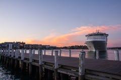 Barco de cruceros en bahía. Fotografía de archivo