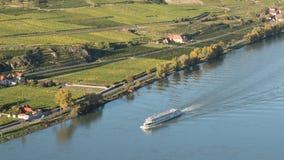 Barco de cruceros en Danubio con los viñedos Fotografía de archivo libre de regalías