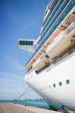 Barco de cruceros en el acceso Fotos de archivo libres de regalías