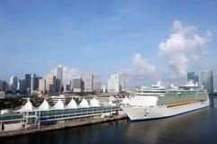Barco de cruceros en el acceso de Miami Foto de archivo libre de regalías