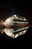 Barco de cruceros en el acceso de Montreal Imágenes de archivo libres de regalías