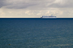 Barco de cruceros en el agua azul Fotos de archivo libres de regalías
