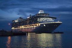 Barco de cruceros en el amanecer Imágenes de archivo libres de regalías