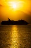 Barco de cruceros en el amanecer Fotos de archivo