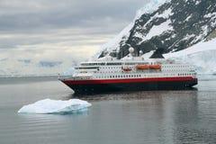 Barco de cruceros en el ancla Imagen de archivo libre de regalías