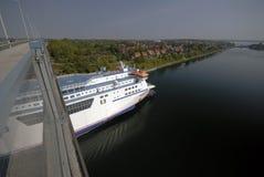 Barco de cruceros en el canal de Kiel fotografía de archivo