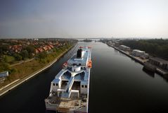 Barco de cruceros en el canal de Kiel cerca del bloqueo fotografía de archivo libre de regalías